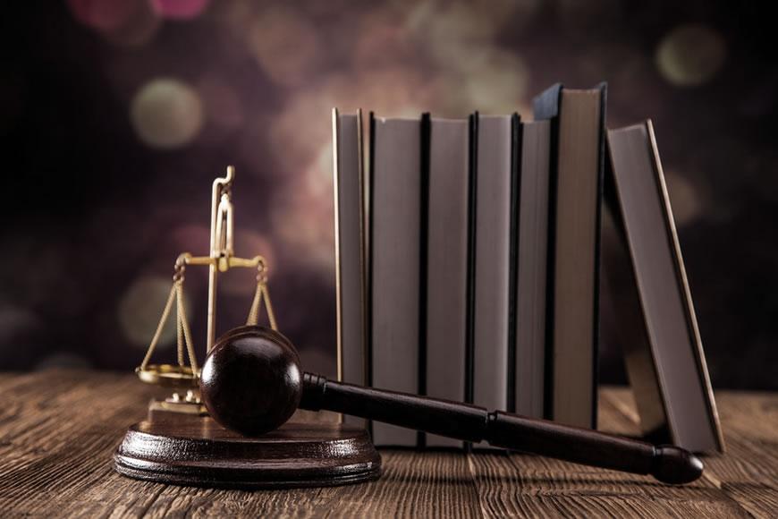 Balanta, ciocan si carti judecator