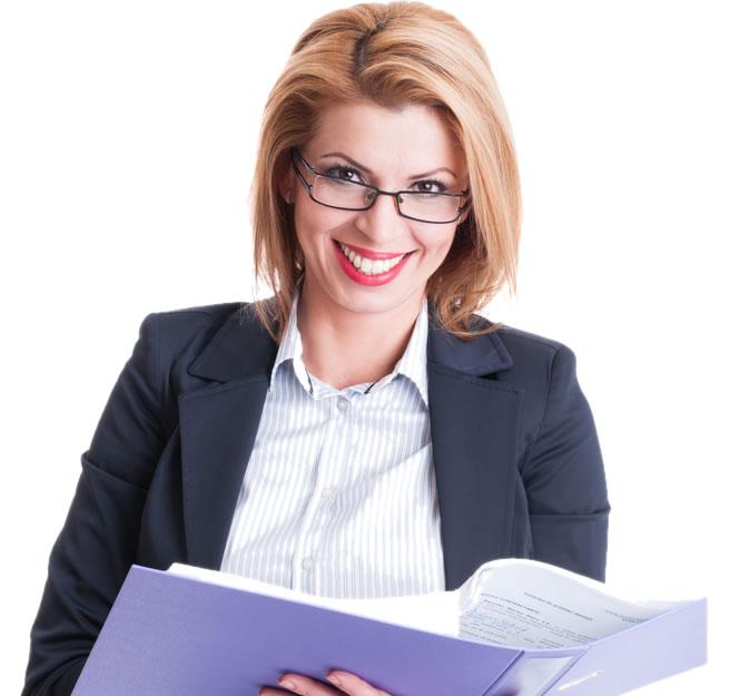 Femeie avocat cu dosar in mana